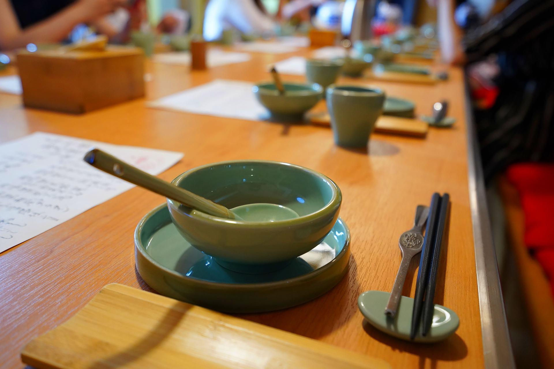 dishes table chinese - pixabay.com:de:photos:tisch-stäbchen-schüssel-löffel-4431030:.jpg